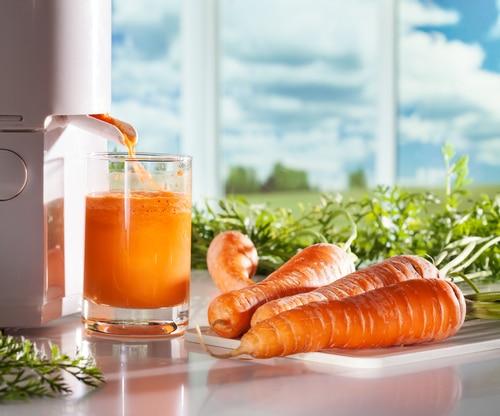 Frischer Karottensaft aus Entsafter